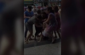 Clip: Hội đánh ghen hành hung cô bồ nhí ngay giữa đường