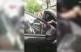 Clip: Vợ túm tóc bồ nhí lôi ra khỏi xe đánh ghen giữa phố.