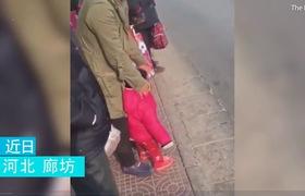 Clip: Ông bố máu lạnh bất ngờ hành hung con dã man trước sự bức xúc của những người đứng chờ xe buýt