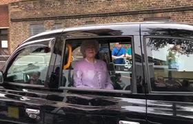 Hình ảnh chiếc xe chờ nữ hoàng Elizabeth chạy ngang cổng bệnh viện thu hút sự chú ý của nhiều người.