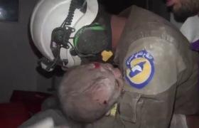 Video nhân viên cứu hộ Syria nức nở khi cứu bé gái bị không kích