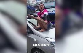 """Hà Nội: Vợ cầm gậy trèo lên nóc xế hộp """"bắt sống"""" chồng ngoại tình với bạn thân"""