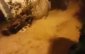 Clip: Nước lũ cuồn cuộn như thác đổ tại phố Cầu Mây Sa Pa. Nguồn Facebook