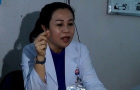 Nữ bệnh nhân dị ứng da sau khi tự tiện thoa mỹ phẩm trôi nổi.