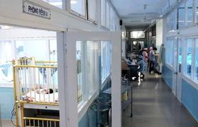 Nữ điều dưỡng chăm sóc 5 đứa bé bị mẹ bỏ rơi sau sinh.