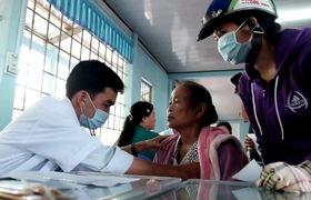 Bệnh viện Trưng Vương (TP.HCM) khám từ thiện, tặng quà, trao nhà cho bà con huyện Trần Văn Thời (Cà Mau).