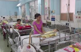 Hai mẹ con bé Hồ Nhật An tại khoa Hô hấp, Bệnh viện Nhi đồng 1 (TP.HCM).