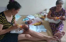 Hơn 30 triệu đồng tiếp sức cho bà mẹ trẻ Nghệ An bất chấp nguy hiểm quyết giữ 4 con