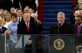 Thái độ kỳ lạ của Melania Trump khi chồng nhậm chức: Bà Melania Trump tươi cười, vỗ tay trước mặt Tổng thống Donald Trump trong lễ nhậm chức của ông, nhưng nụ cười của bà vụt tắt khi ông quay đi.