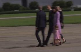 Tiểu công chúa mè nheo trên sân bay Hamburg, Đức
