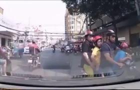 Phát hoảng với những kiểu chở theo con nhỏ còn tạt đầu ô tô, to tiếng quát mắng tài xế