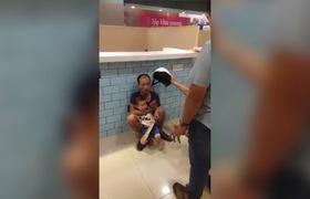 """Hà Nội: Bé trai đi siêu thị cùng bà, bị người đàn ông """"ngáo đá"""" kẹp cổ khống chế và dọa giết"""