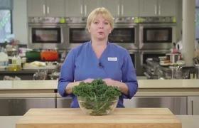 Chuẩn bị cải xoăn cho bữa Salad giảm cân thật nhanh