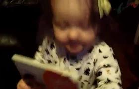 Khoảnh khắc lần đầu đọc sách của bé