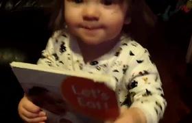 Khoảnh khắc vô cùng đáng yêu khi bé đọc sách như đúng rồi