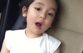 """Mẫu nhí Việt 4 tuổi làm """"nghiêng ngả"""" các sàn diễn thời trang, sở hữu giọng hát hay như ca sĩ"""