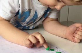 Trò chơi dựa trên sự hứng thú sử dụng những đầu ngón tay của trẻ.