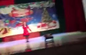 Quỳnh Anh khoe giọng hát trong một chương trình văn nghệ