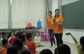 TS Vũ Thu Hương đang hướng dẫn trẻ các kỹ năng ứng phó khi đối mặt với kẻ ấu dâm.
