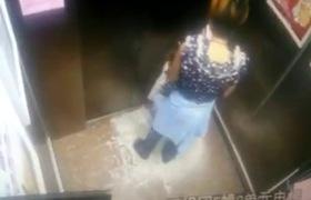 Mẹ mải xem điện thoại, con kẹt tay ở thang máy