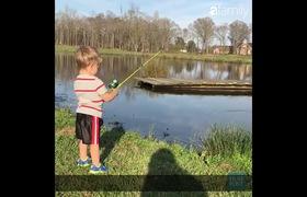 Ông bố dạy con qua buổi câu cá