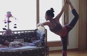 Mẹ vừa tập yoga vừa chăm con