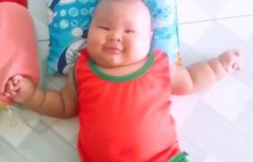 Bé Cà Chua bụ bẫm được nuôi bằng sữa mẹ hoàn toàn