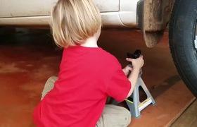 """""""Tròn mắt"""" xem cậu nhóc 5 tuổi tự sửa xe ô tô thành thục – bài học về việc dạy con tự lập sớm"""