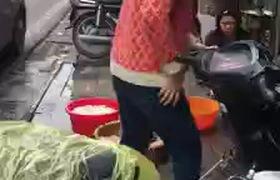 Xôn xao clip món ăn khoái khẩu của người Hà Nội rửa bằng chân