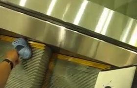 Cẩn thận tai nạn thương tâm khi đưa trẻ em đi thang máy