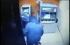 """Trộm tiền tại ATM chuyên nghiệp như """"nhân viên ngân hàng"""""""