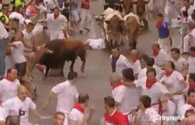 Bò tót húc tụt quần người đàn ông tại lễ hội rượt đuổi bò tại Pamplona
