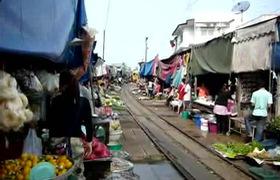 Độc đáo khu chợ sống giữa đường ray xe lửa tại Thái Lan