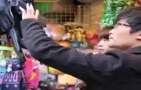 Cặp đôi chọn quà cho người yêu nhân dịp giáng sinh tại Hà Nội