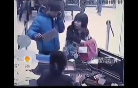 Nhân viên ngân hàng cười tươi khi thấy tên cướp cầm dao