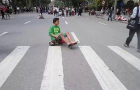 """Video: Trẻ nhỏ thi nhau """"đua"""" xe điện tự hành cải tiến trên phố đi bộ gây nguy hiểm"""
