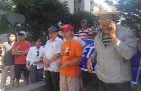 Hơn 400 hộ dân tại chung cư VP3 Linh Đàm giăng băng-rôn yêu cầu chủ đầu tư cấp nước sạch cho người dân.