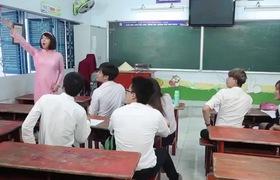 """Clip hài """"Cô giáo Khánh"""": Duy Khánh nói tiếng Anh như tiếng Thái"""