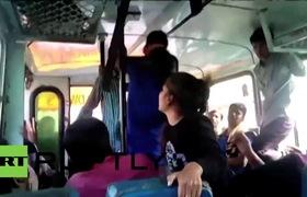2 cô gái rút thắt lưng đánh trả 3 tên yêu râu xanh, sau đó bị đẩy xuống xe.