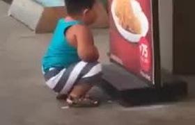 Thèm gà rán nhưng mẹ lại không mua cho, cậu bé này đã có hành động khiến người ta vừa buồn cười vừa thấy thương