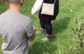 Chàng trai cầu hôn bị bạn gái ném quả táo vào mặt và cái kết bất ngờ