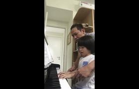Ôm bụng cười với cảnh bất lực của Duy Mạnh khi dạy con trai học đàn