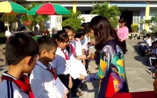 Lễ trao học bổng tại Trường Tiểu học Vạn Thọ 2, huyện Vạn Ninh, Khánh Hòa