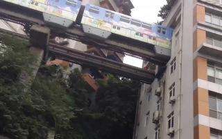 Lạ lùng tàu điện đi xuyên tòa nhà cao tầng