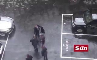 Khoảnh khắc Thủ tướng Anh hoảng hốt chạy ra xe khi nghe tin vụ khủng bố ở London