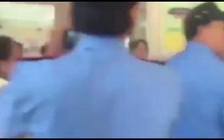 Bảo vệ xông vào trường học rút súng đòi bắt người