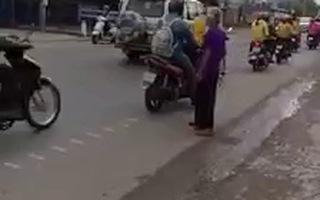 Clip CSGT tỉnh Bạc Liêu cùng đưa bà cụ sang đường ngày Tết. (Nguồn: Facebook của Điền Lê Trần)