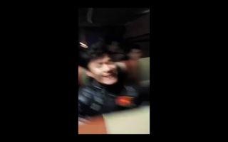 Thủ môn Tiến Dũng hát trên xe buýt về khách sạn