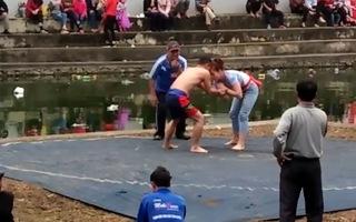 Clip: Cô gái trẻ giành chiến thắng trước nam đô vật trên sới vật hội làng Bắc Ninh