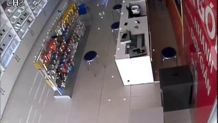 Clip 2 đối tượng dùng súng, dao cướp cửa hàng điện thoại ở Bắc Ninh. Nguồn: Beat.vn